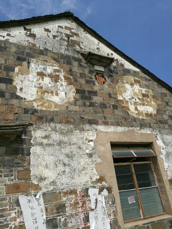 """墙体上露出的""""仁丹""""二字王世清供图"""