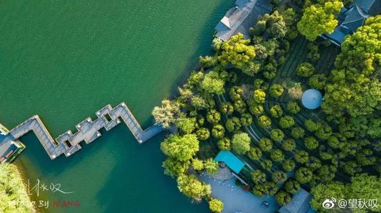 初夏的天目湖,满眼尽是翠绿,树木郁郁葱葱,一派生机勃勃的感觉。