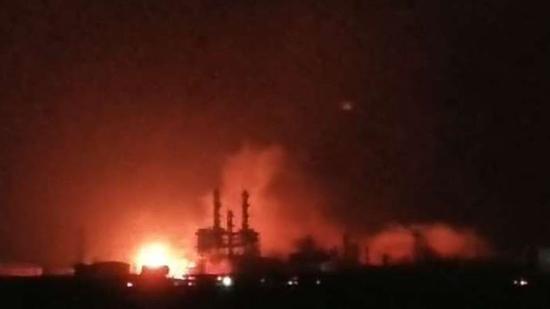 18时左右爆炸现场仍有明火。受访者供图