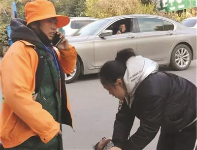 刘小琴在拨打救护电话。