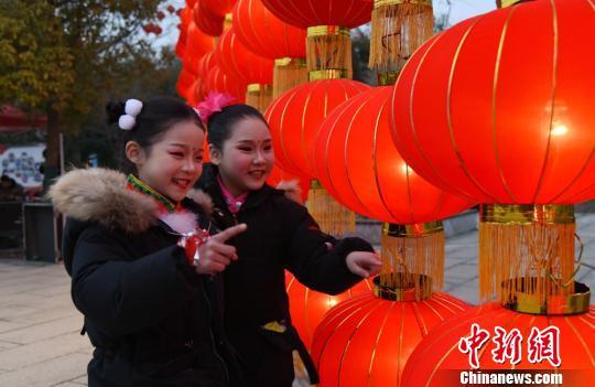 马庄村第33届元宵灯会现场孩子们争相观赏。 朱志庚 摄