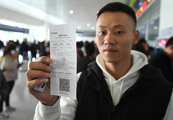 2019年11月21日,一位旅客展示电子客票信息单。