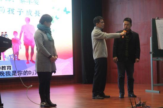 蔡丰安老师用家庭排列的方式来帮助家长