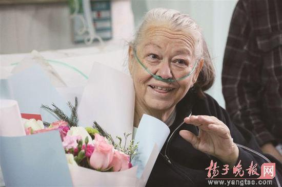 """""""洋外婆""""12年为徐州孤儿撑起一个家病 病情牵动全城"""