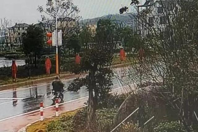骑车女子被轿车超车后倒地身亡 经法院调解司机支付五千元