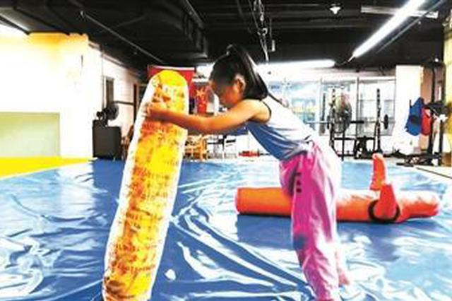 """7岁女孩上演""""中国版摔跤吧爸爸"""" 已考取柔道9级"""