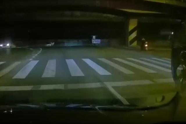 无锡高架桥垮塌瞬间 三轮车男子躲过一劫