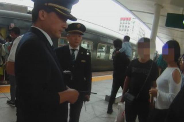 女乘客火车上吃海鲜 味道大遭大叔掌掴
