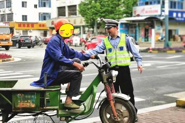 男子偷电动三轮车 推十几公里后找警察自首