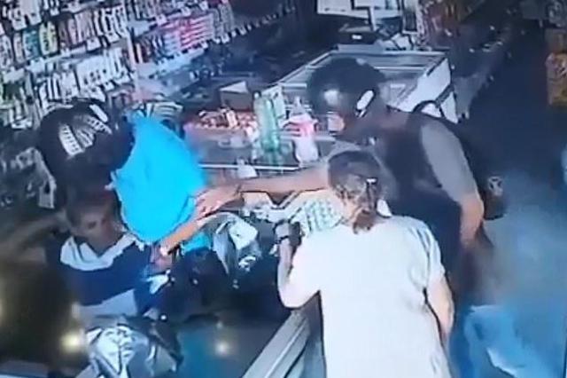 凌晨在地下车库遭遇持刀抢劫 女子几句话把劫匪劝走