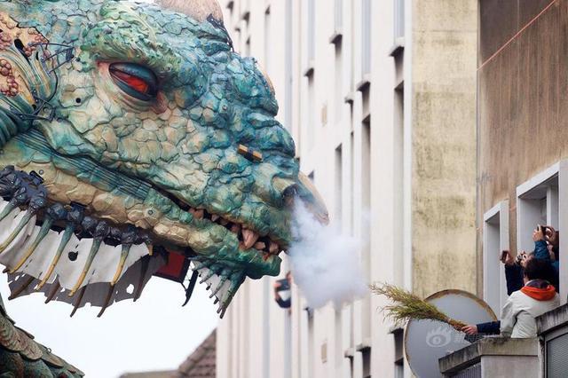 """法国机械艺术团队造了只""""巨龙"""" 浓雾中登场震撼至极"""