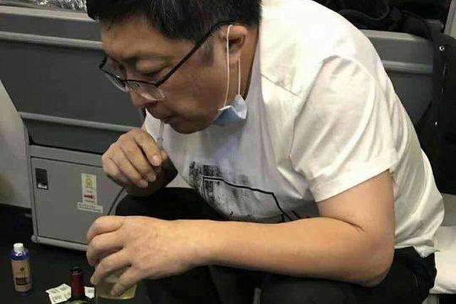 医生回忆飞机上为病人跪地吸尿:是本能、本职要求