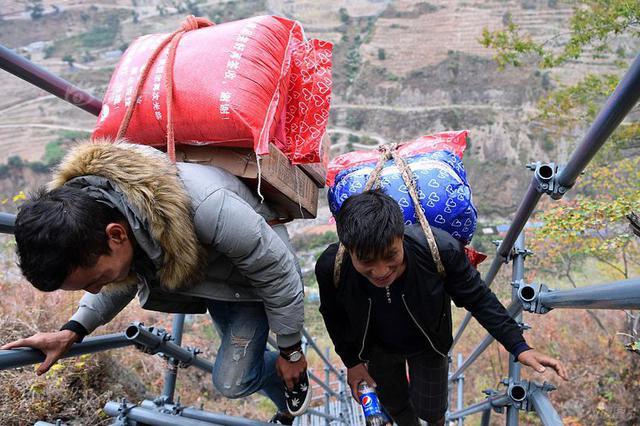 """悬崖村的""""双十一"""" 背着快递包裹上天梯"""