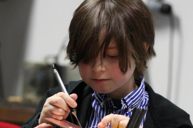 比利时9岁神童即将大学毕业 实验室里做研究超有范