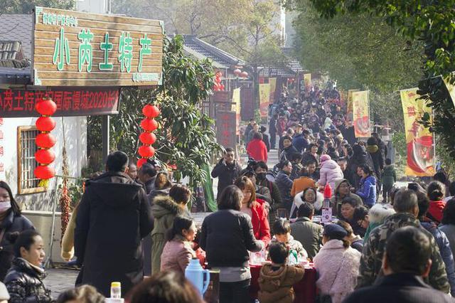 """南京高淳摆200桌""""长街宴"""" 两村千人共贺新年"""