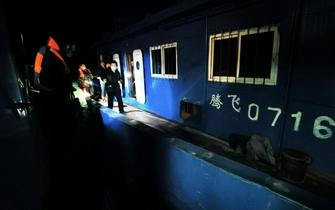 """长江非法采砂上演""""猫鼠游戏"""":20分钟吸砂1500吨、专人盯梢民警"""