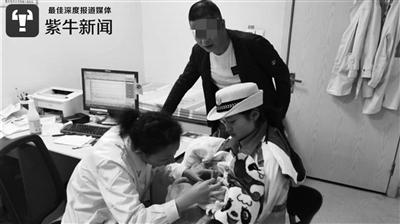 另一位女交警陈应洋帮忙把孩子送到医院就诊。