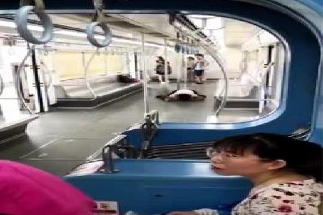 重庆轻轨一女子突然抱咬男乘客 脱光衣服舔血迹