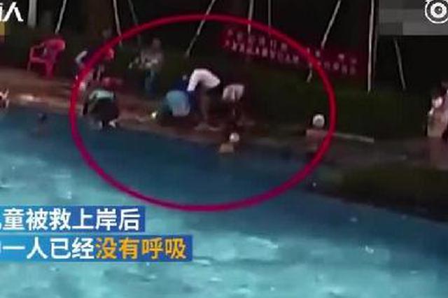 两儿童泳池溺水 退休护士2分钟救回