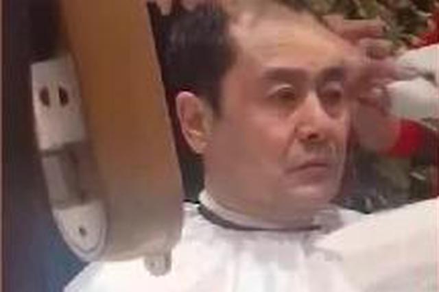 视频:杨幂爸爸理发被偶遇表情严肃略显憔悴