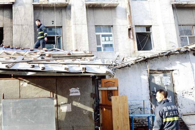 延吉牛市街一废弃棚子起火 引燃楼上阳台!