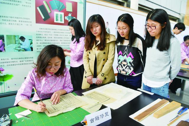 吉大学子修复古籍体验非遗传统技艺