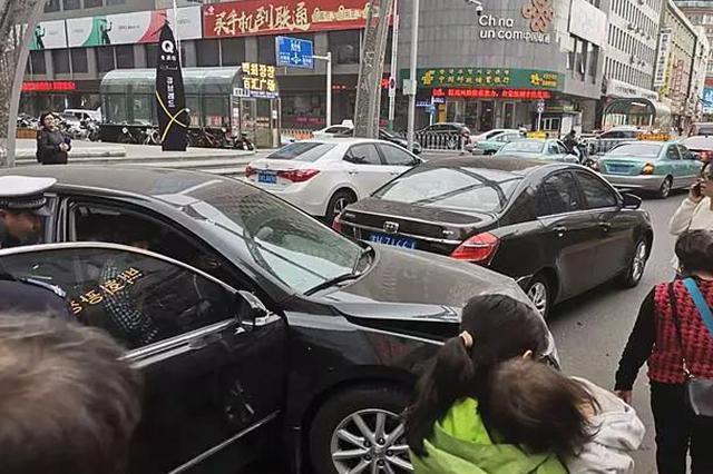 4月24日下午 延吉百利城南侧3车连撞