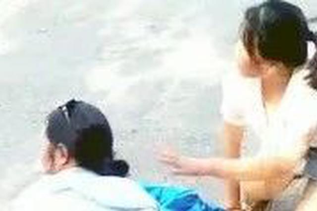吉林市南山街发生交通事故:一外卖小哥倒地不醒!