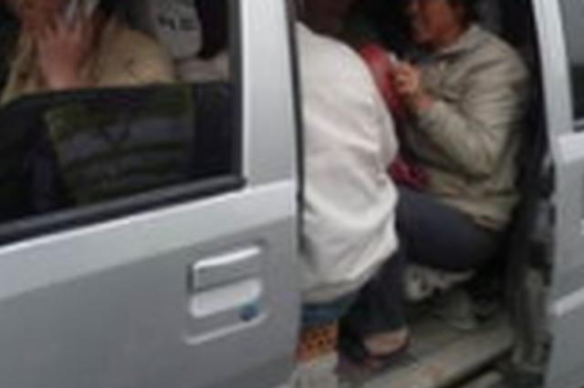 面包车超员上高速被长春民警逮个正着 司机扣分罚款