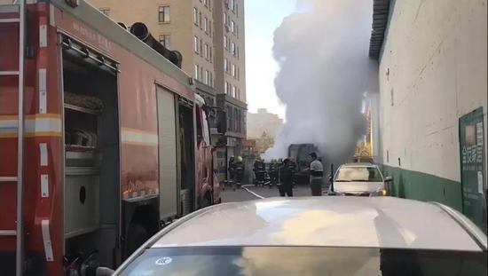 延吉一司机用明火暖车 将校车烧成空壳