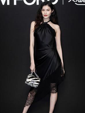 何穗黑色缎面蕾丝裙趴椅子翘长腿