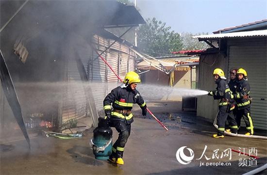 """又见""""抱火哥"""" 吉安消防员抱煤气罐冲出火场"""