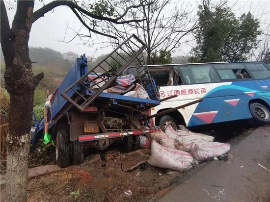 鹰潭206国道石港杨家附近两车相撞 差点滑下10米陡坡
