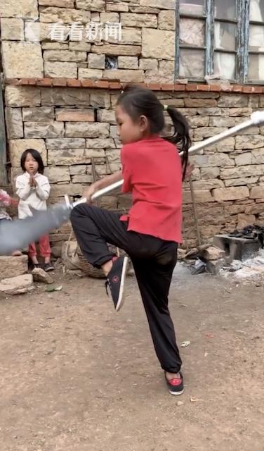 """9岁女孩练就""""挂脖""""绝技 父亲:会做的没几个"""