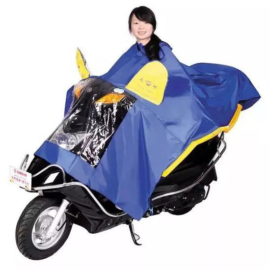 以下几点是该款式雨衣使用时需注意的事项: