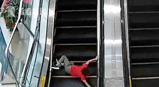 男童不慎滚落电梯 危急瞬间女子飞奔一把抱起