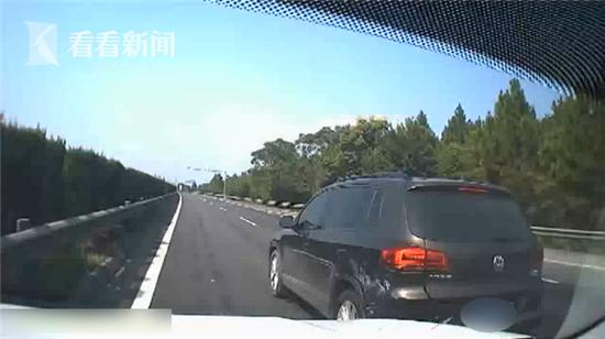 江西:小车违规变道被撞停 之后司机竟做出更危险举动(三)