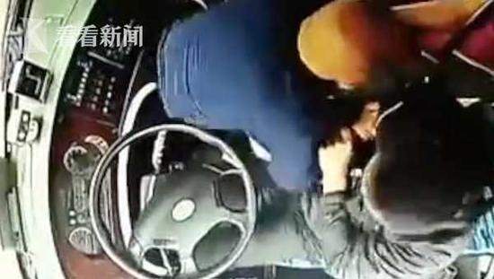 公交司机驾车途中突遭乘客锁喉 车内传出尖叫声