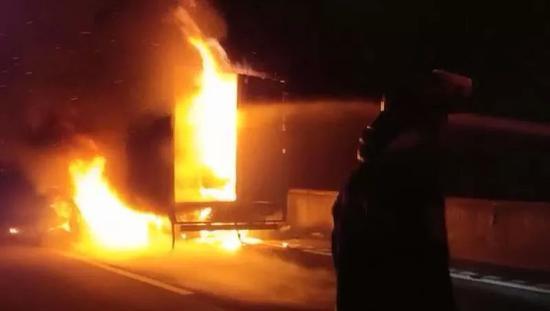 """上饶境内高速一货车自燃秒变""""火车"""" 两吨货物被烧毁"""