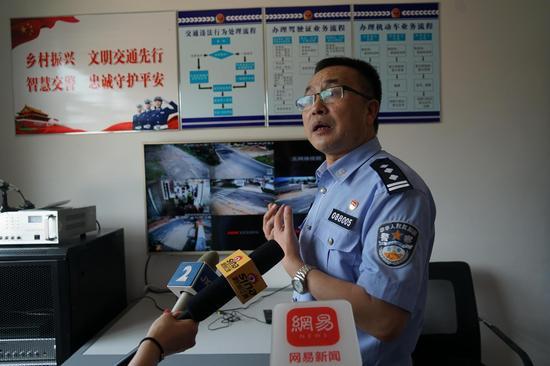 上饶市横峰县交警大队长刘华东介绍两站两员