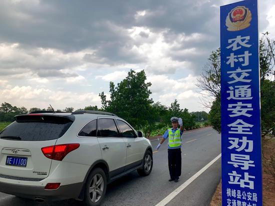 横峰县公安局交警大队莲荷中队辅警甘文峰示范工作