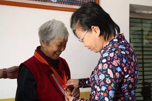 """萍乡向龚全珍转授新中国""""最美奋斗者""""奖章证书"""