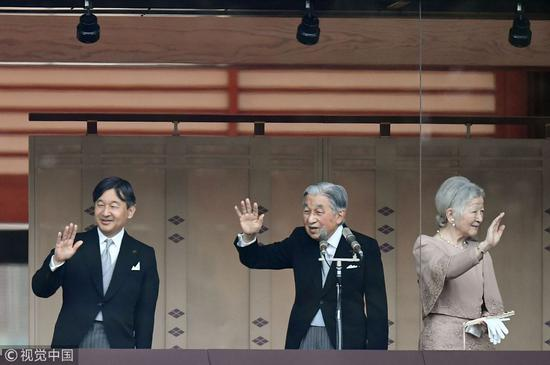 日本明仁天皇在皇后美智子、皇太子德仁追随下,向民多挥手致意(视觉中国)