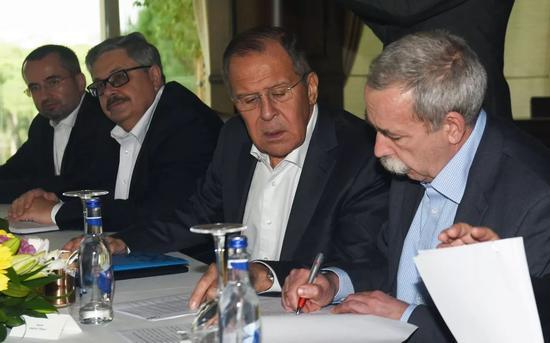 11月19日,在土耳其安塔利亚,俄罗斯外长拉夫罗夫(右二)出席会议。法新社