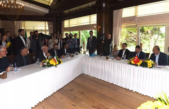 11月19日,在土耳其安塔利亚,伊朗外长扎里夫(前左三)和土耳其外长恰武什奥卢(右一)出席会议。新华社/法新