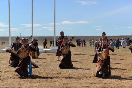 如今的乌兰牧骑,深入牧区,为牧民演出。(照片由内蒙古苏尼特右旗乌兰牧骑提供)