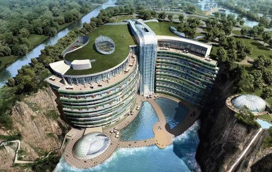 """""""深坑酒店本就是对废弃矿坑再利用,所以处处'绿色'?!鄙蚪∷?。"""