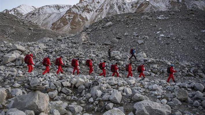 测量登山队员返回珠峰大本营