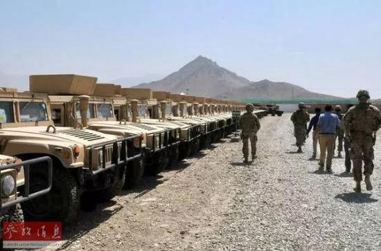 ▲资料图片:驻阿美军在检查弃置的悍马车。