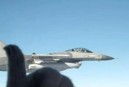 ▲资料图片:北约国家的F-16对俄罗斯苏-34战斗轰炸机进行跟踪监视。